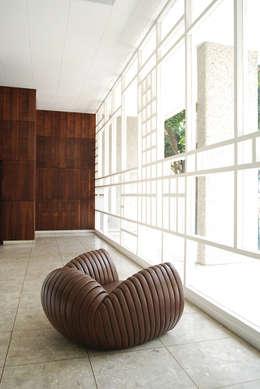 Poltrona Shell: Sala de estar  por estudiobola