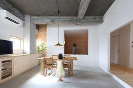 Salas / recibidores de estilo moderno por 今津修平/株式会社MuFF