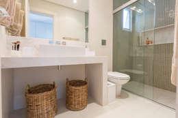 modern Bathroom by Danielle Tassi Arquitetura e Interiores
