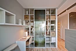 Salas de estilo minimalista por IDAFO projektowanie wnętrz i wykończenie