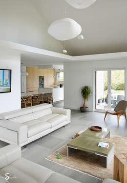 le jeu des espaces ouverts: Salon de style de style Minimaliste par Emilie Bigorne, architecte d'intérieur CFAI
