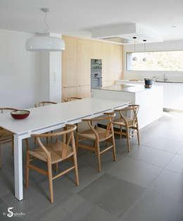 un esprit scandinave: Cuisine de style de style Minimaliste par Emilie Bigorne, architecte d'intérieur CFAI