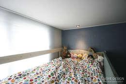 아이셋과 부모님이 함께 사는 집_48py: 홍예디자인의  아이방