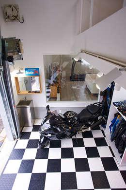 コートヤードとバイクガレージのある家: tai_tai STUDIOが手掛けたガレージです。