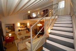 dettaglio della scalinata: Ingresso & Corridoio in stile  di bilune studio