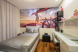 Apartamento Seis Pistas 2: Quartos  por Interiores Iara Santos
