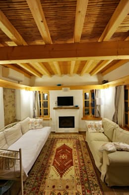 F&F mimarlik – Taş Ev: akdeniz tarzı tarz Oturma Odası