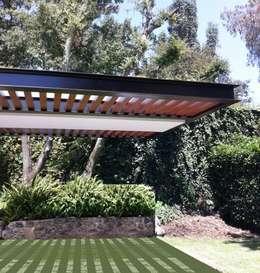 Pergolas : Jardines de estilo moderno por Productos Cristalum