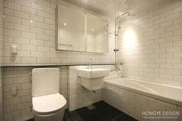 쌍둥이 딸과 부부가 함께 사는 보금자리_32py: 홍예디자인의  화장실