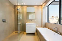 modern Bathroom by ISLABAU constructora