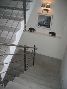 Vestíbulos, pasillos y escaleras de estilo  por en matiere de decoration
