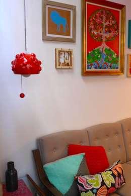COLGANTE BLUP: Livings de estilo moderno por CURADORAS