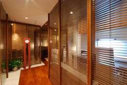 アフター玄関廊下: 株式会社 中村建築設計事務所が手掛けたです。