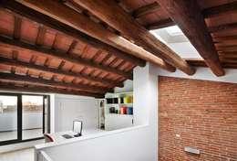 minimalistische Studeerkamer/kantoor door Vallribera Arquitectes