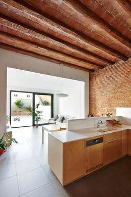 Vallribera Arquitectes: minimal tarz tarz Mutfak