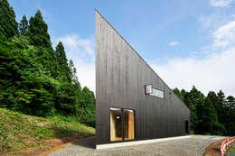 Casas de estilo ecléctico por 山本想太郎設計アトリエ