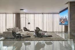 Salas multimedia de estilo clásico por Estela Netto Arquitetura e Design
