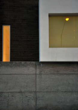 Detalle de fachada: Paredes de estilo  por fc3arquitectura