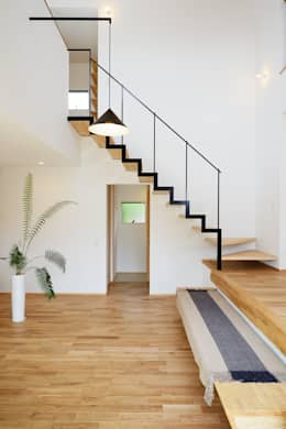 moderner Flur, Diele & Treppenhaus von 株式会社kotori