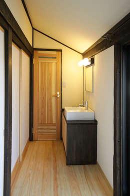 Corridor and hallway by 吉田建築計画事務所