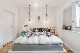 Camera da letto in stile in stile Scandinavo di PracowniaPolka