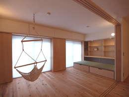 日差しが差し込む心地よい南側空間は、団欒の場所: i think一級建築設計事務所が手掛けた多目的室です。