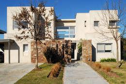 Moderna Piedra y Color: Casas de estilo moderno por LLACAY arquitectos