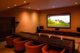 Las Estancias: Salas multimedia de estilo moderno por Adrián Martínez Arquitectos