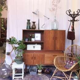 Petit Village vintage winkel: scandinavische Woonkamer door Petit Village