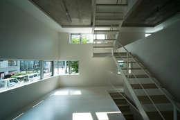 Salas / recibidores de estilo minimalista por 山本想太郎設計アトリエ