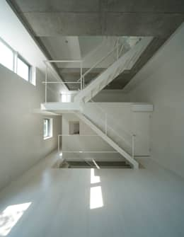 Pasillos, vestíbulos y escaleras de estilo minimalista por 山本想太郎設計アトリエ