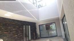 Maison Bioclimatique: Couloir et hall d'entrée de style  par Ecotech-Architecture