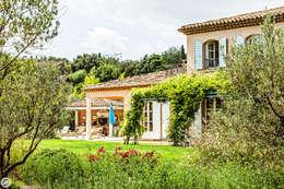 VILLA - GRIMAUD: Maisons de style de style Méditerranéen par PASSAGE CITRON