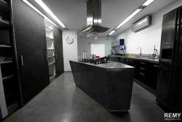 Casa de la Cascada: Cocinas de estilo moderno por Remy Arquitectos