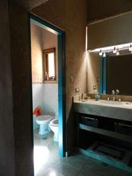 Baños de estilo moderno por ART quitectura + diseño de Interiores. ARQ SCHIAVI VALERIA