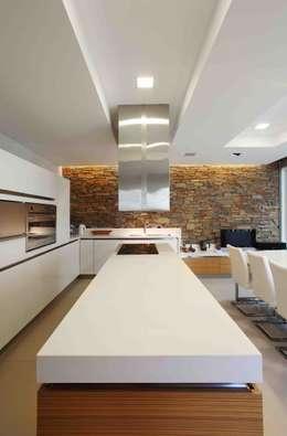 Cocinas de estilo moderno por Remy Arquitectos