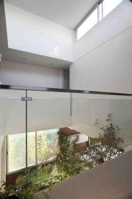 Casa del Cabo: Pasillos y recibidores de estilo  por Remy Arquitectos