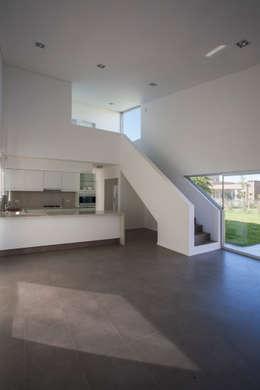 Casa Miraflores: Balcones y terrazas de estilo moderno por Estudio Caballero Fernandez