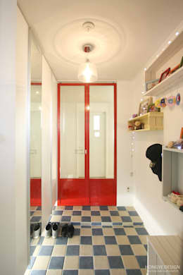 Pasillos, vestíbulos y escaleras de estilo  por 홍예디자인
