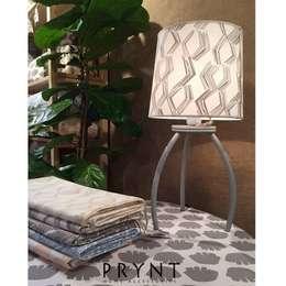 Manteles, lámparas y almohadones: Livings de estilo moderno por PRYNT