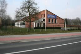 Tiendenschuur Van Mol Schoten: moderne Huizen door DI-vers architecten - BNA