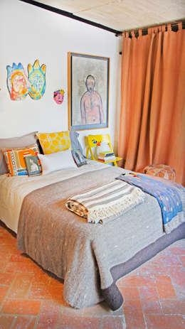 Casa Clemente: Recámaras de estilo moderno por Juan Carlos Loyo Arquitectura
