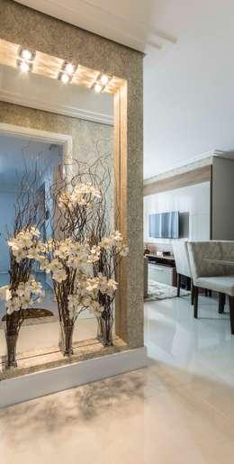 Pasillos y recibidores de estilo  por Silvana Borzi Design