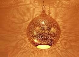Livings de estilo ecléctico por Oriental Moon
