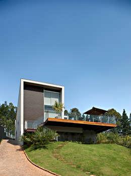 modern Houses by Márcia Carvalhaes Arquitetura LTDA.