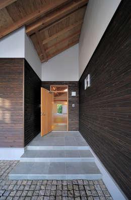 Puertas y ventanas de estilo moderno por FuruichiKumiko ArchitectureDesignOffice