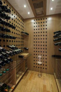 Bodegas de vino de estilo moderno por Silvia Romanholi Design de Interiores