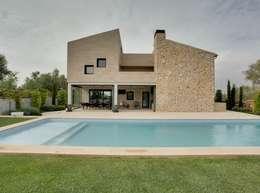 Fachada de piedra : Jardines de estilo moderno de Bornelo Interior Design