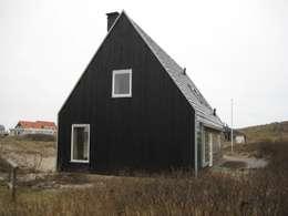 Recreatiewoning Vlieland: moderne Huizen door Kat Koree Architecten