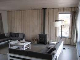 Recreatiewoning Vlieland: moderne Woonkamer door Kat Koree Architecten